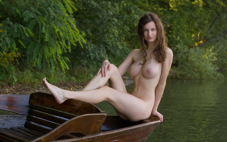 Русскую красивую девушку на природе